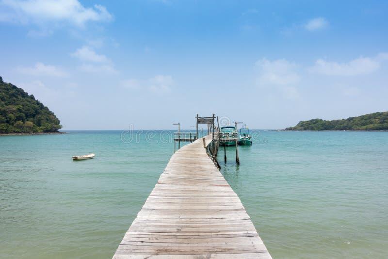 Cais de madeira no mar tropical bonito da praia e céu azul de fotos de stock royalty free