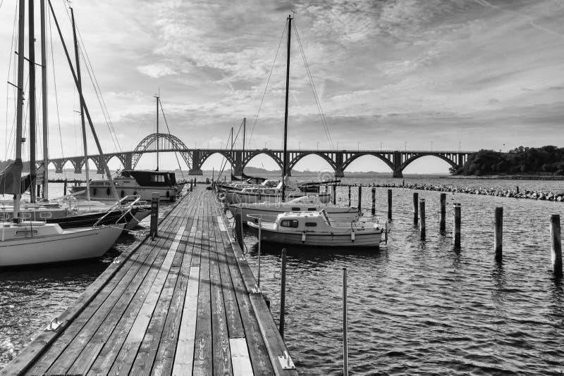Cais de madeira no porto de Kalvehave com a Moen-ponte no fundo fotos de stock
