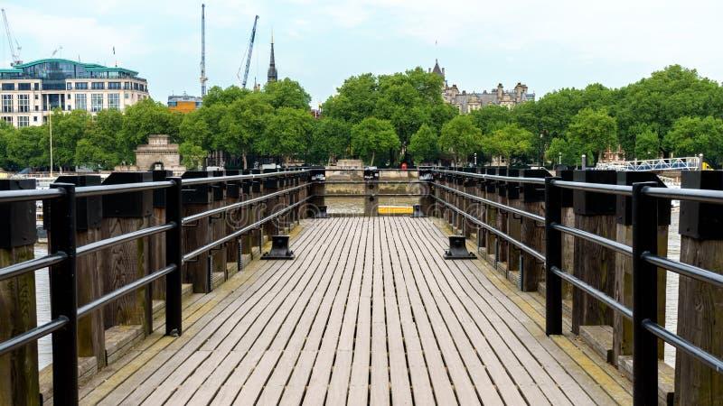 Cais de madeira no rio Tamisa em Londres imagens de stock royalty free