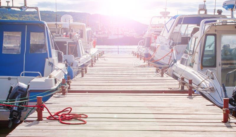 Cais de madeira para barcos de motor e iate da naviga??o fotos de stock royalty free