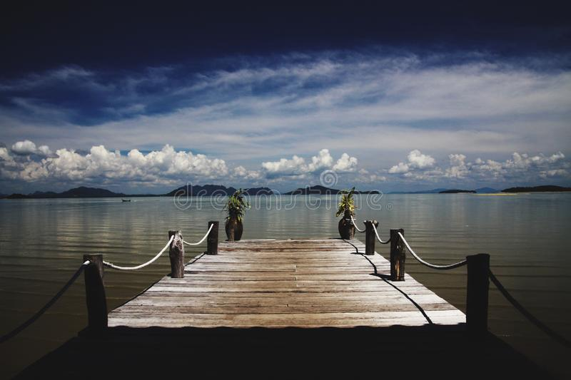 Cais de madeira que conduz no mar de Andaman na ilha tropical Ko Lanta, Tailândia imagem de stock