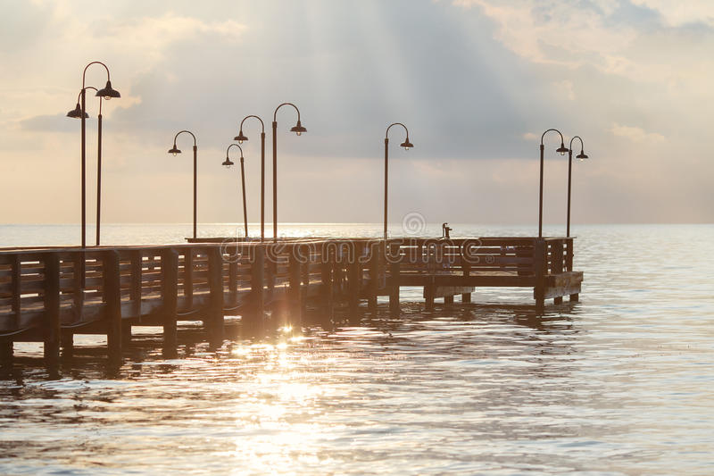 Cais de madeira sobre o oceano nas chaves de Florida imagens de stock