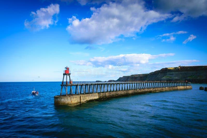 Cais de Whitby na entrada de porto em Whitby em North Yorkshire, imagens de stock