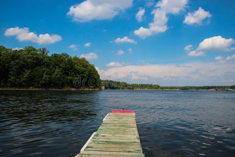 Cais do barco no lago Snagov, Romênia imagem de stock