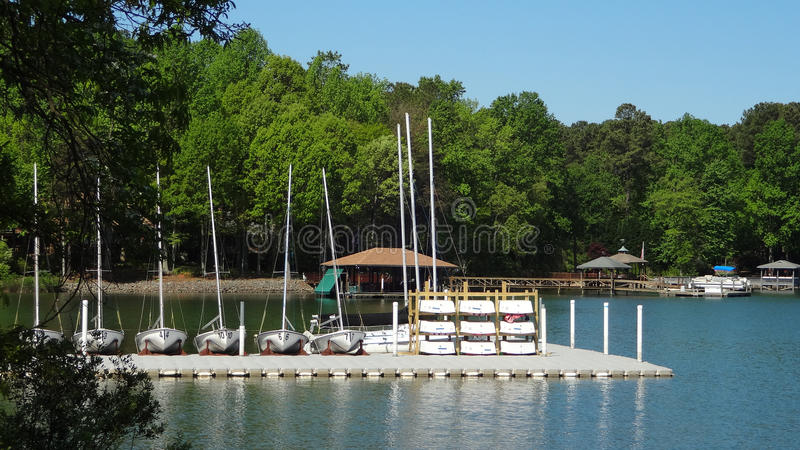 Cais do esporte de barco no normando do lago em Huntersville, North Carolina imagem de stock