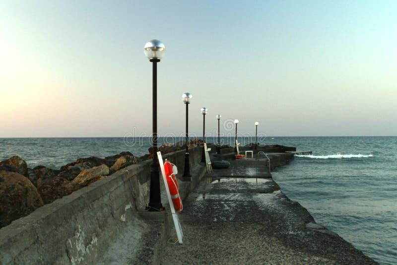 Cais do mar com lanternas fotografia de stock