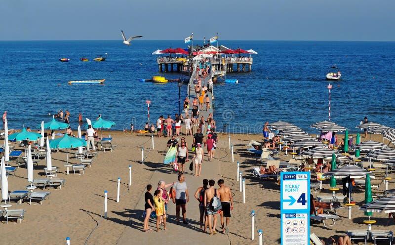 Cais do mar dos Pineta de Lignano na abertura da estação de férias de verão imagem de stock royalty free