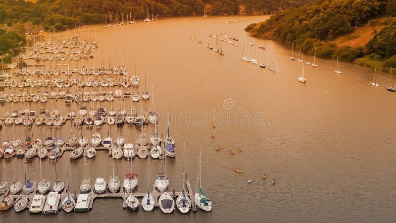 Cais dos iate e dos navios em Rochefort - en - Terre Rio em Brittany france foto de stock