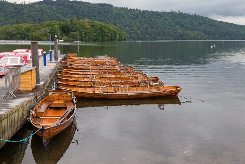 Cais e barcos rwoing amarrados dentro Bowness-em-Windermere, Reino Unido imagens de stock royalty free