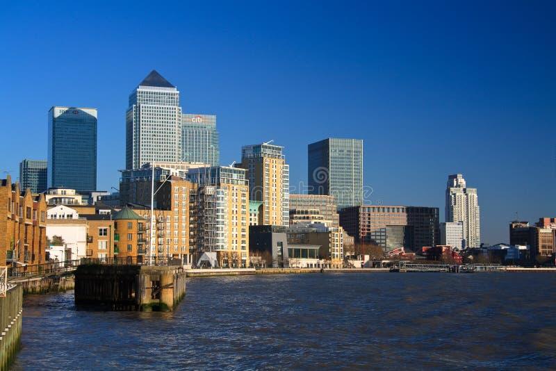 Cais e rio amarelos Tamisa, Londres imagens de stock royalty free