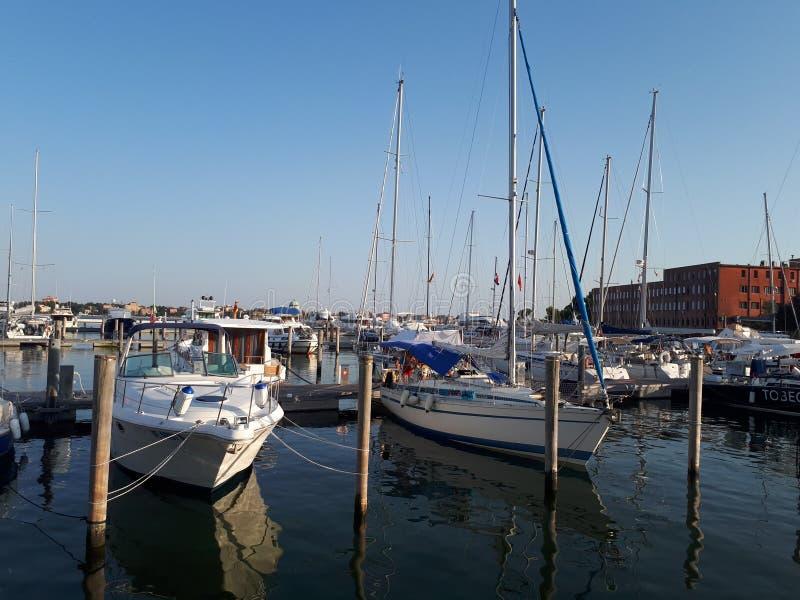 cais em Veneza com os barcos no por do sol foto de stock