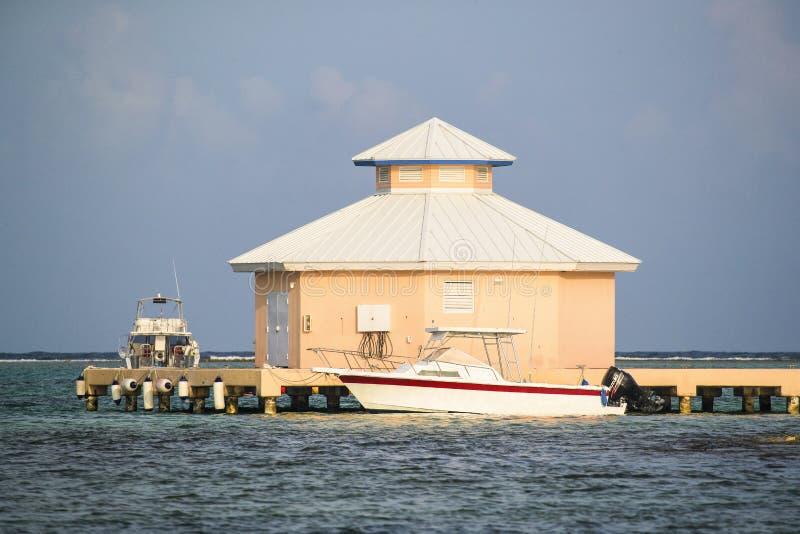 Cais isolado da ilha de Grand Cayman com barcos imagem de stock