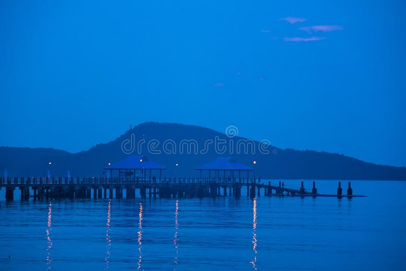 Cais na frente da praia no nascer do sol da manhã Phuket tail?ndia fotografia de stock
