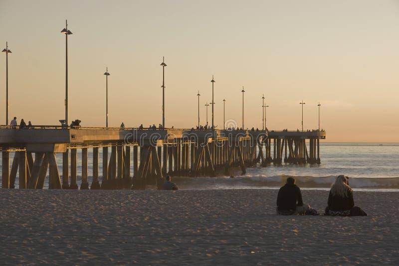 Cais na praia Califórnia de Veneza no por do sol