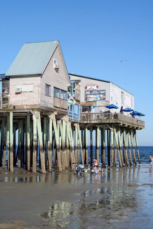 Cais na praia velha do pomar, Maine fotos de stock