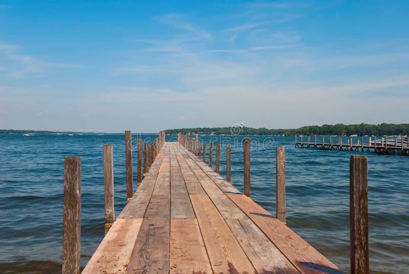 Cais no espírito do lago, Arnolds Park, Iowa, EUA imagens de stock