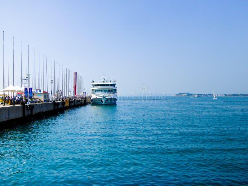 Cais olímpico do centro da navigação de Qingdao imagens de stock royalty free