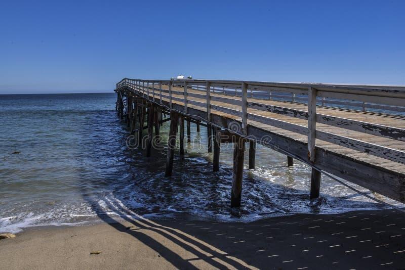 Cais original da angra do paraíso como visto da praia em Malibu, Califórnia imagem de stock
