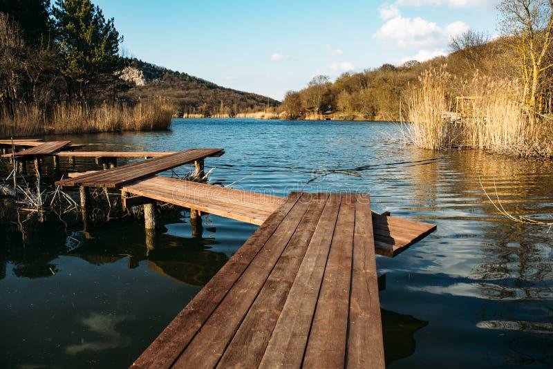 Cais ou ponte de madeira no lago para a pesca e o resto, paisagem tranquilo da natureza imagem de stock royalty free