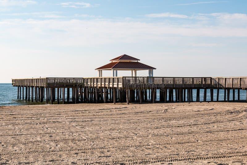 Cais público de madeira da visão na praia de Buckroe em Hampton, VA imagem de stock