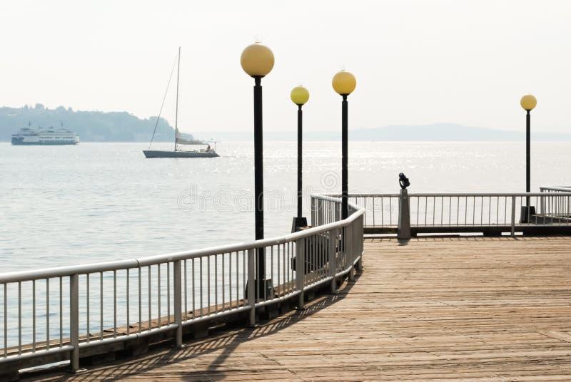 Cais/passeio à beira mar com água e os veleiros (Seattle) imagens de stock royalty free