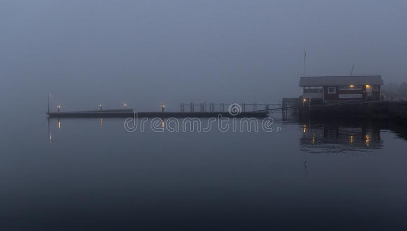 Cais temperamental escuro na névoa na noite fotos de stock royalty free