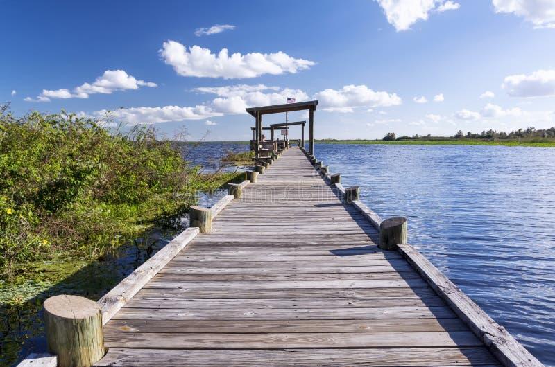Cais velho em um lago de água doce, Florida fotos de stock