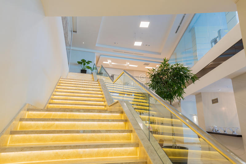 Caisse d'escalier dans l'intérieur moderne d'hôtel image libre de droits