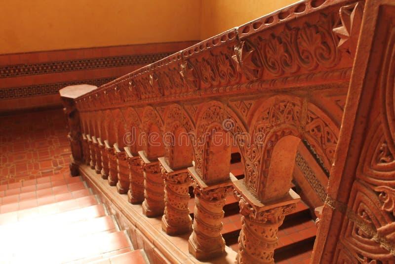 Caisse d'escalier gravée par couleur de boue image libre de droits