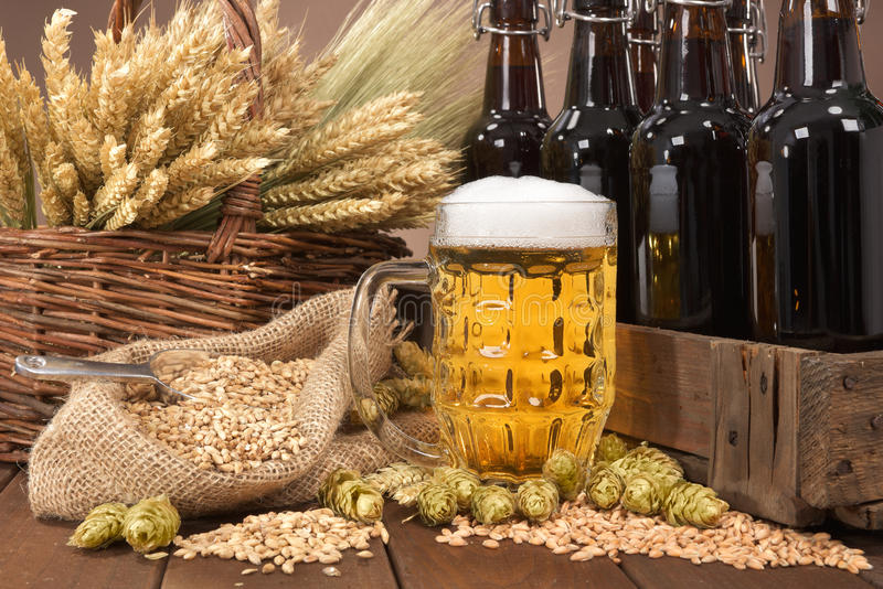 Caisse de bière avec le verre de bière photographie stock