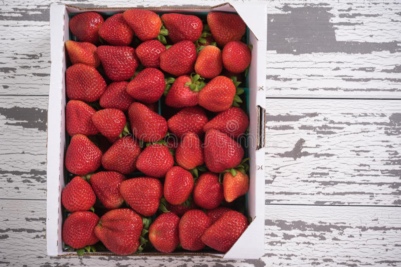 Caisse de fraises au marché image stock