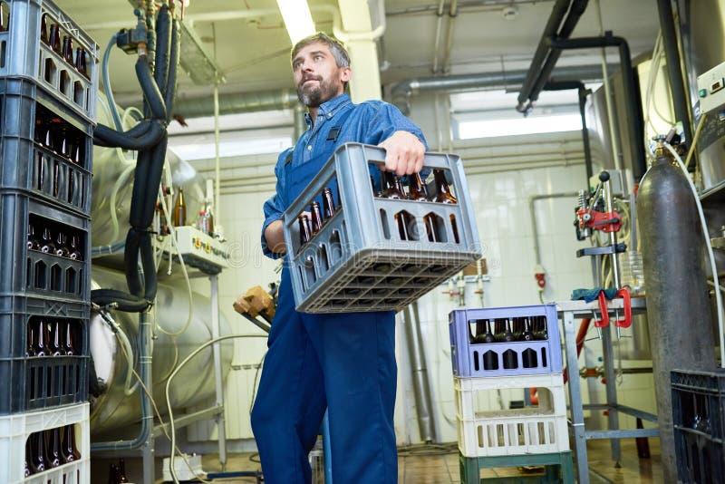 Caisse de transport de travailleur d'usine de brassage images libres de droits