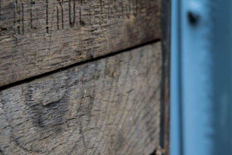 Caisse en bois rustique avec le m?tal photo libre de droits