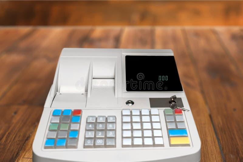 Caisse enregistreuse avec l'affichage d'affichage à cristaux liquides sur la table en bois photo stock