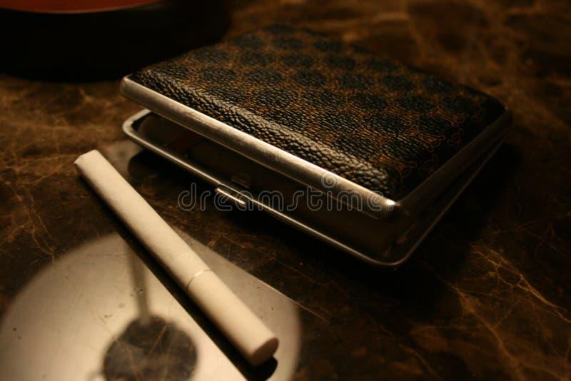 Caisse pour des cigarettes avec la cigarette image libre de droits