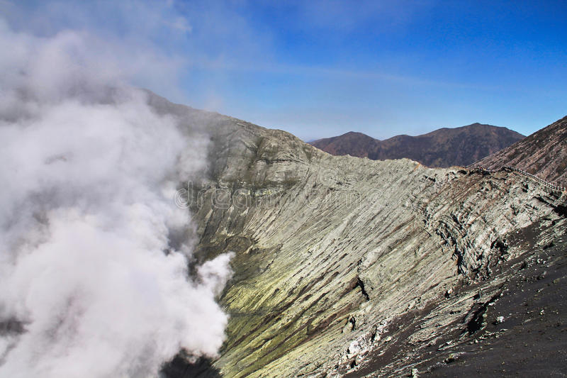 Caisse volcanique, volcan Bromo de cratère en Indonésie photos libres de droits