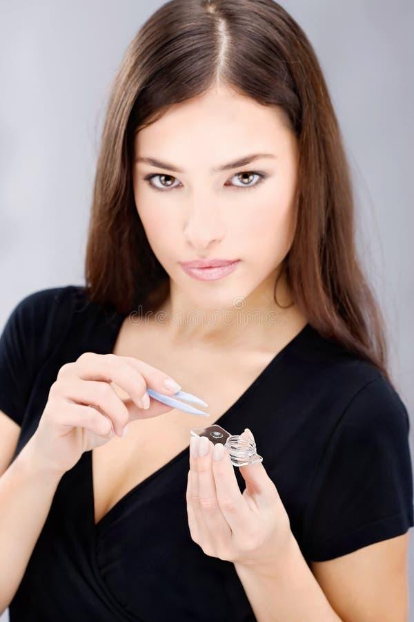 Caisses et lentille de verres de contact de prise de femme photo libre de droits