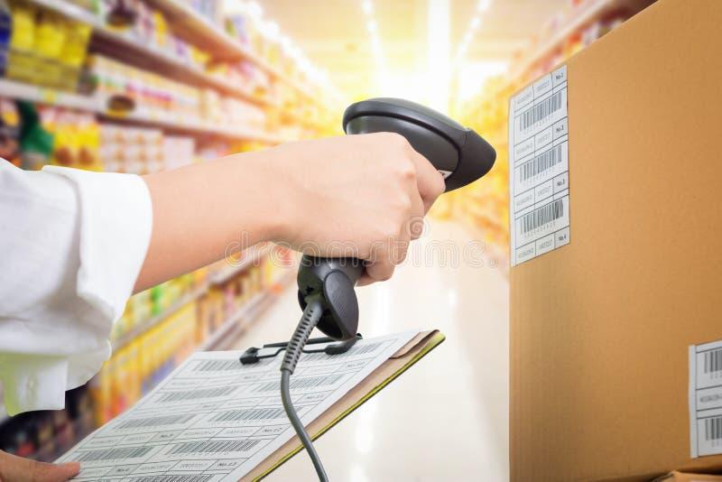 Caissière de femelle de supermarché image libre de droits