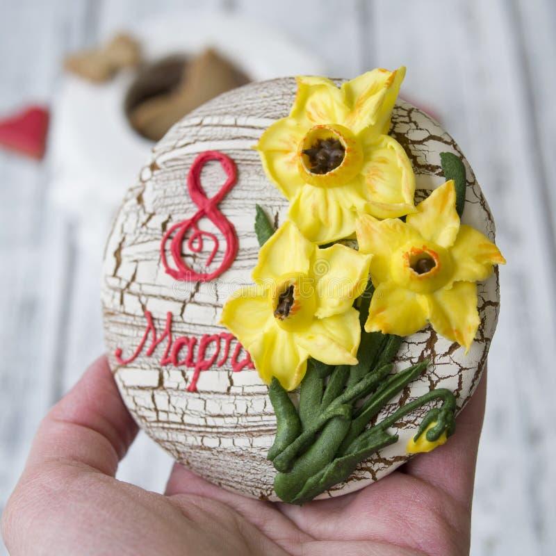 Caixão com feriado da decoração o 8 de março - narcisos amarelos amarelos das cookies do pão-de-espécie, a inscrição russo o 8 de fotos de stock royalty free