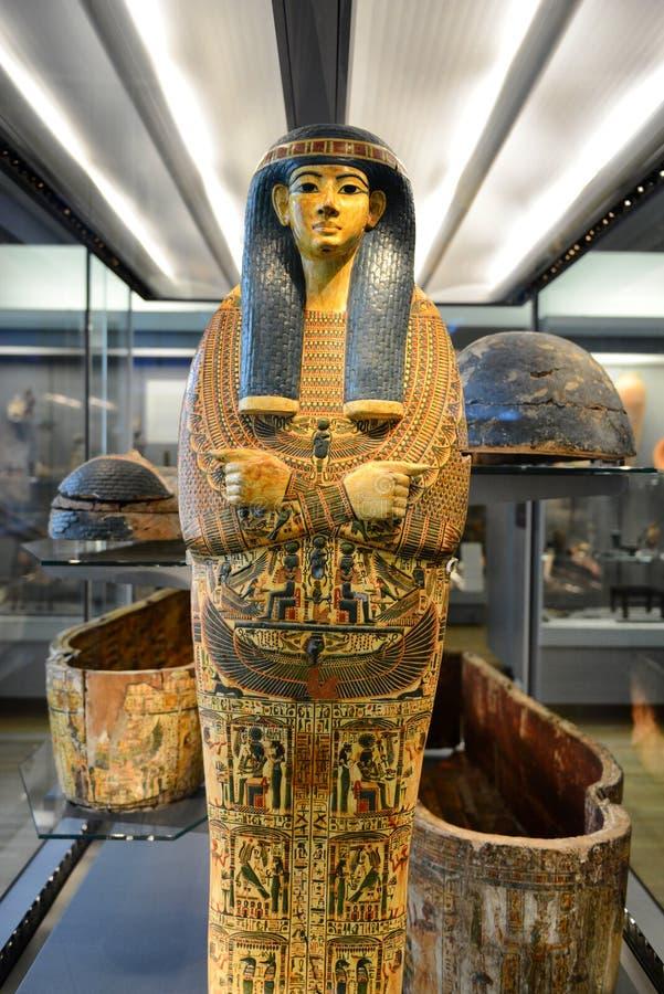 Caixão egípcio da mamã que está na exposição do museu fotos de stock royalty free