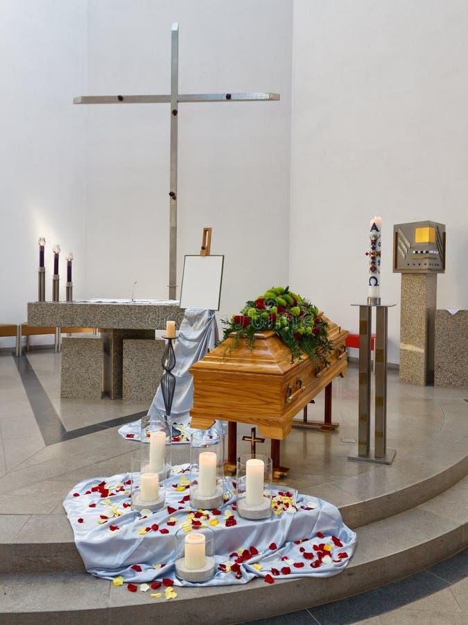 Caixão na igreja antes do serviço fúnebre imagens de stock