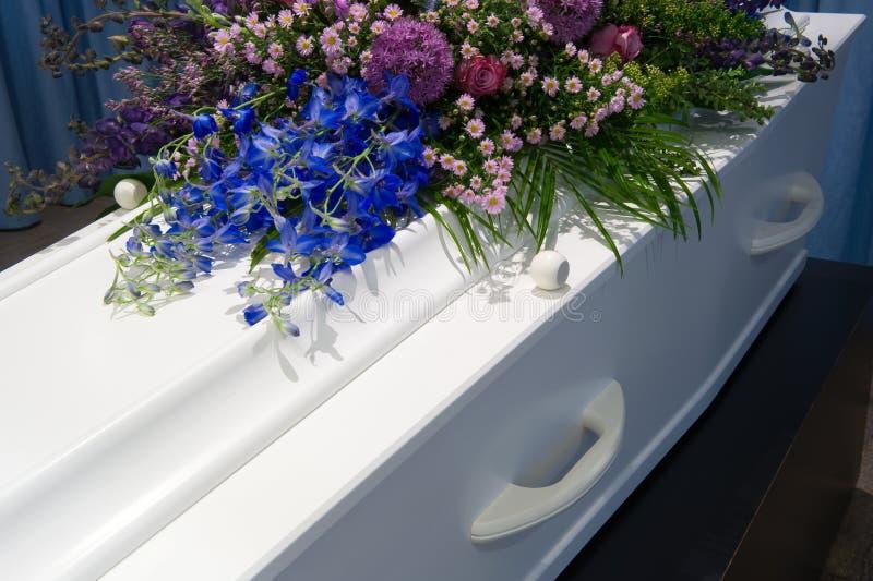 Caixão na morgue imagem de stock royalty free