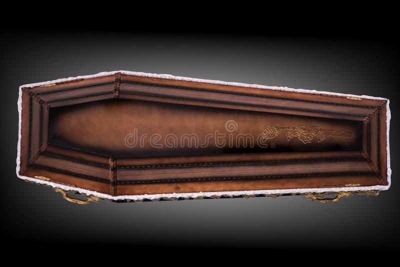 Caix?o marrom de madeira fechado coberto com o pano isolado no fundo luxuoso cinzento caix?o com sombra no fundo ilustração stock