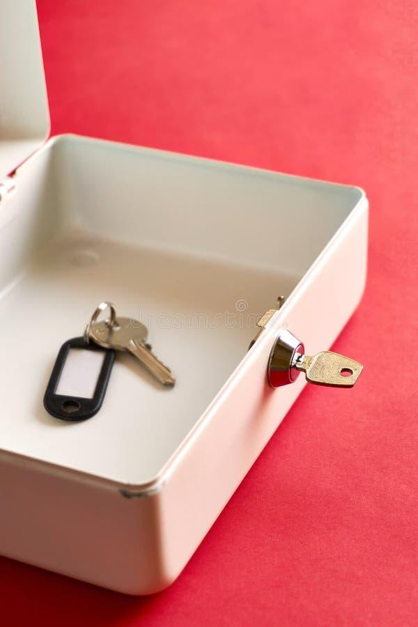 Caixa aberta com chave no fechamento e no interior chave imagens de stock