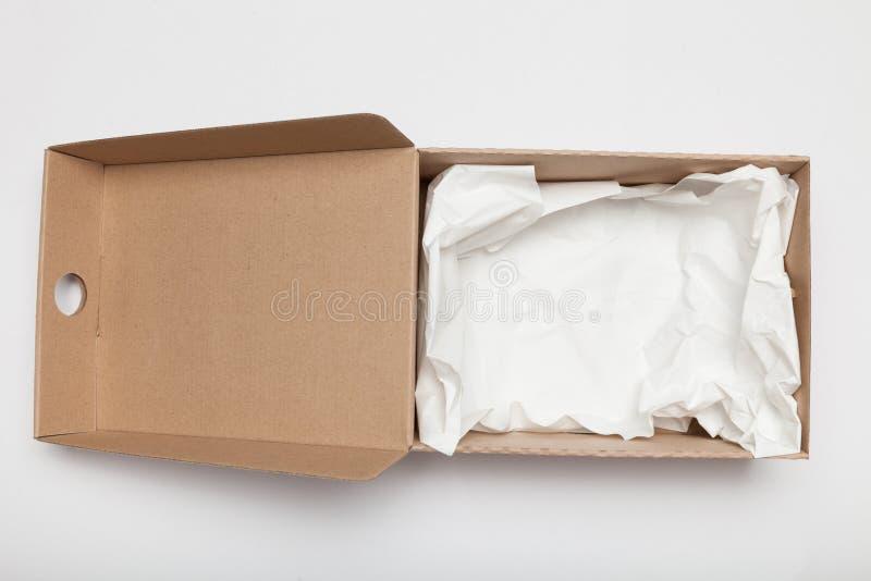 Caixa aberta da caixa da entrega, cartão ondulado Embalagem do recipiente Copie o espa?o para o texto imagem de stock royalty free