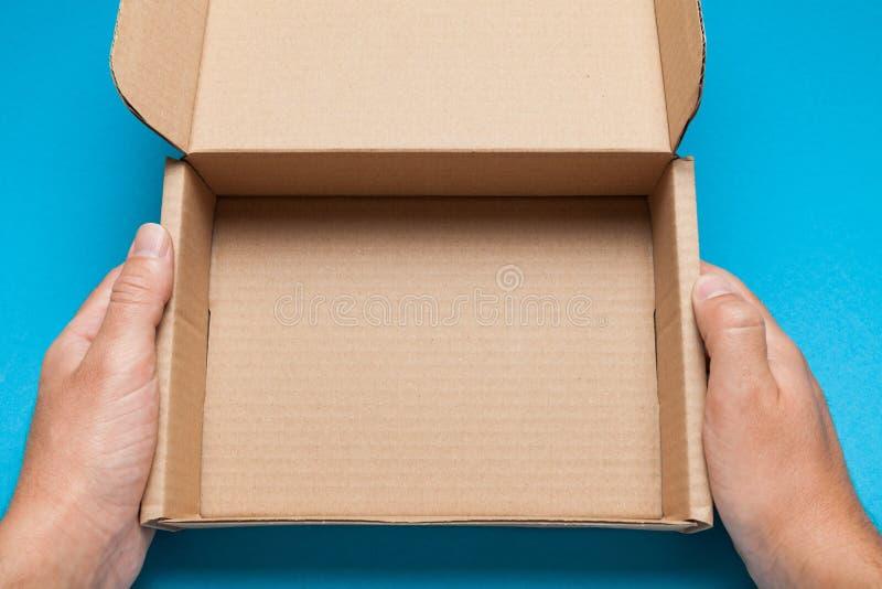 Caixa aberta da entrega do cartão, empacotamento ondulado da caixa Copie o espa?o para o texto foto de stock