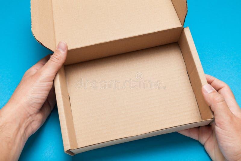 Caixa aberta da entrega do ofício, pacote do cartão Copie o espa?o para o texto imagem de stock royalty free