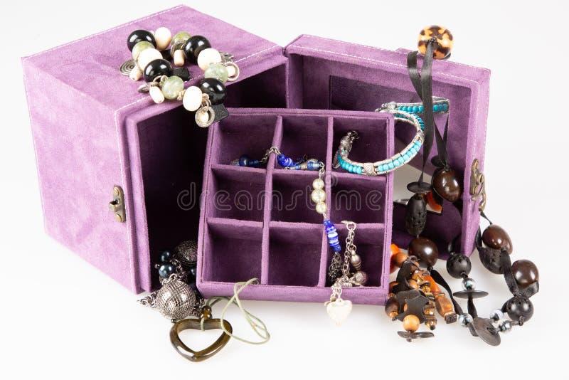 Caixa aberta da joia com lote do bijouterie precioso da colar fotos de stock
