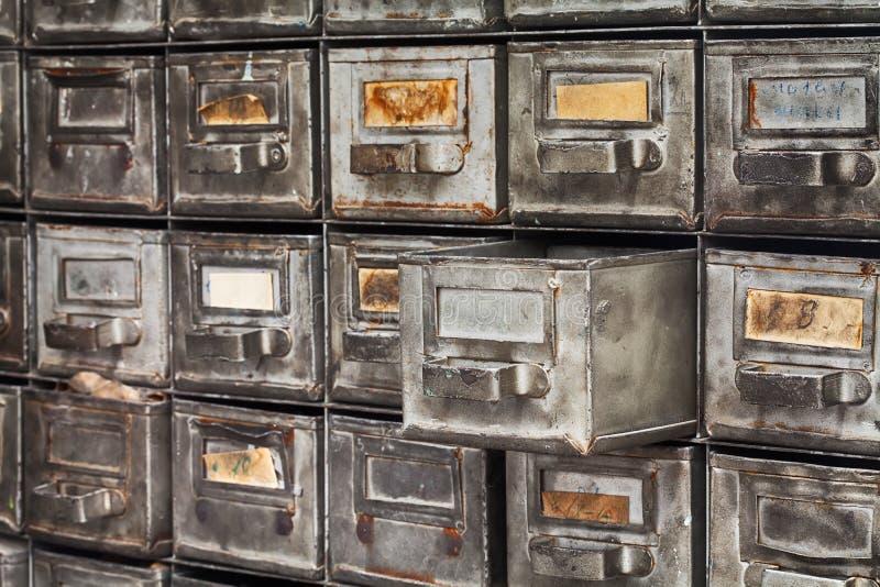 Caixa aberta do arquivo de arquivo, sistema de arquivamento As caixas raras do metal textured usaram a superfície gasto da prata  fotos de stock royalty free