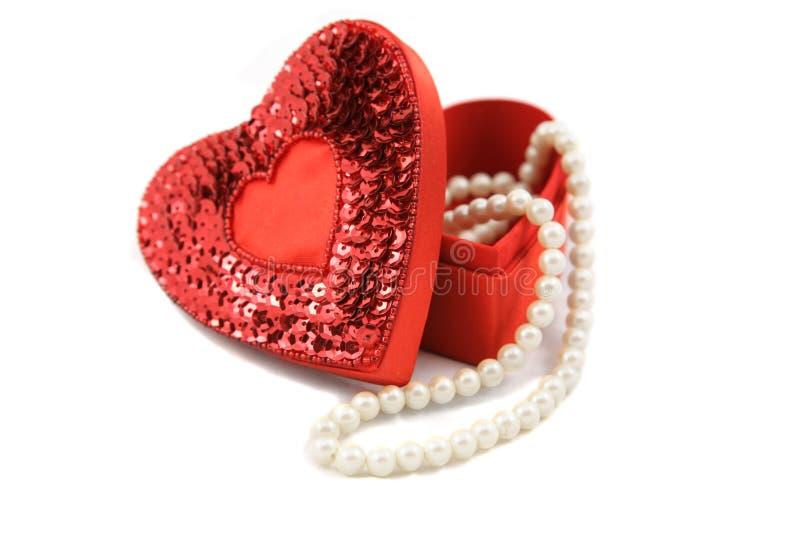 Caixa & pérolas do Valentim no branco fotos de stock royalty free